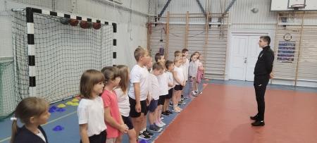 Lekcja wychowania fizycznego w klasie 1a